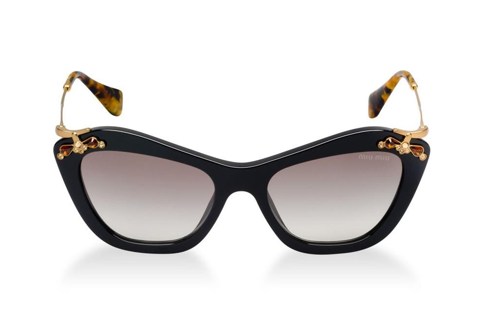446f9aeb5 A colecao de oculos Miu Miu e dirigida a um publico particularmente atento  as novas tendencias, natural e sofisticado A marca Miu Miu e urbana, jovem,  ...