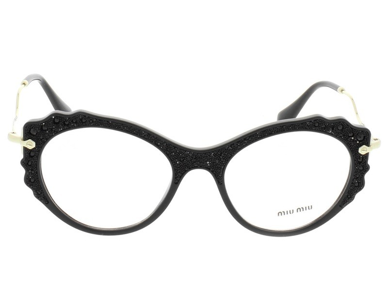 O modelo MU01PV da grife Miu Miu e produzido em acetato preto no formato  gatinho e conta sofisticados apliques de cristais e brilhos negros em sua  fronte ... c9d1e185bb