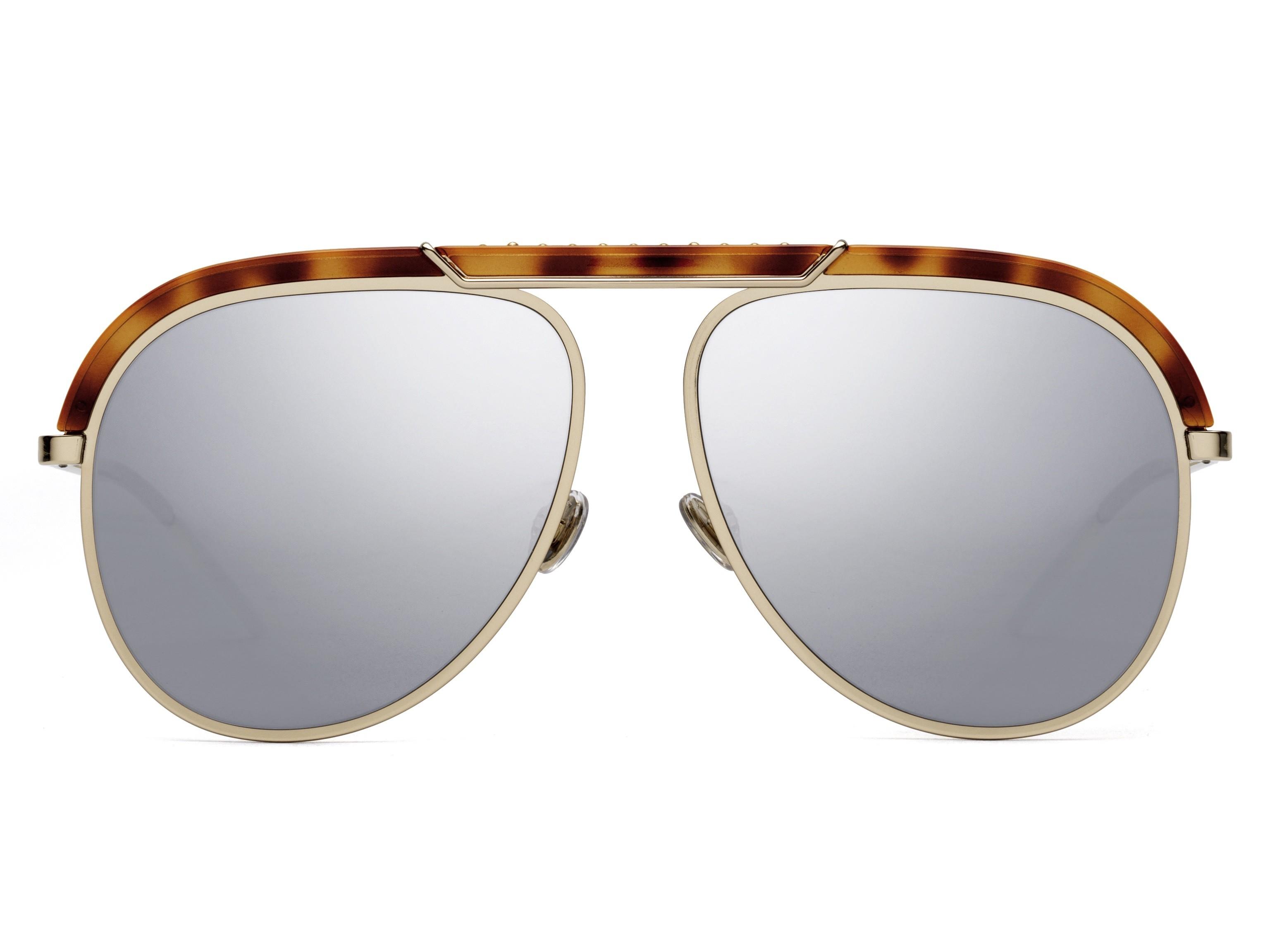 O oculos de Sol Dior Desertic, foi confeccionado no modelo aviador em metal  dourado e acetato na cor marrom tartaruga, suas lentes espelhadas sao um  toque ... 668052edba