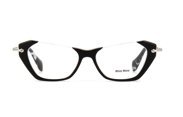 5a7946dcc O modelo de grau Miu Miu 04OV tem armacao no formato gatinho, produzida com  frontal em acetato preto e hastes em metal prata O charme do modelo fica  por ...