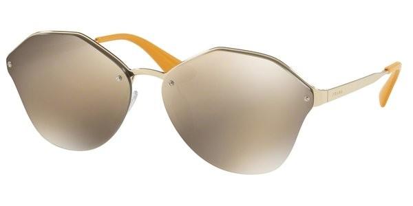 f5cac4a63ce02 Oculos de Sol Prada Cinema Evolution 64TS tem armacao irregular produzida  em metal dourado-palido Suas lentes espelhadas douradas garantem 100 de  protecao ...
