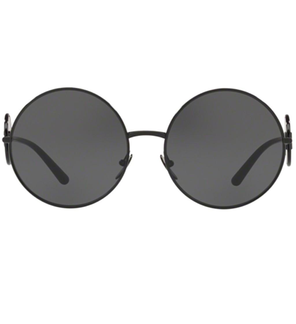 c64bb3c90 Oculos de sol Dolce Gabbana DG2205 tem elegante armacao em metal preto As  refinadas hastes contam com o logo da DG aplicado em lentes circulares As  lentes ...