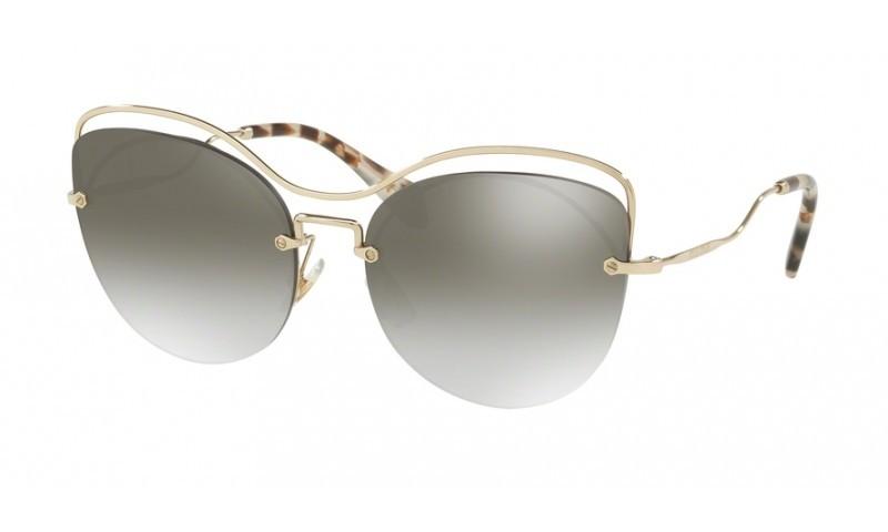 aa59b810535e1 Oculos de Sol Miu Miu 50TS com design moderno e exclusivo As lentes degrade  em roxo no formato borboleta sao combinadas com a armacao irregular na cor  ...